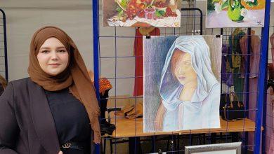 Photo de Aicha Hind Oudina : La jeune peintre polychrome